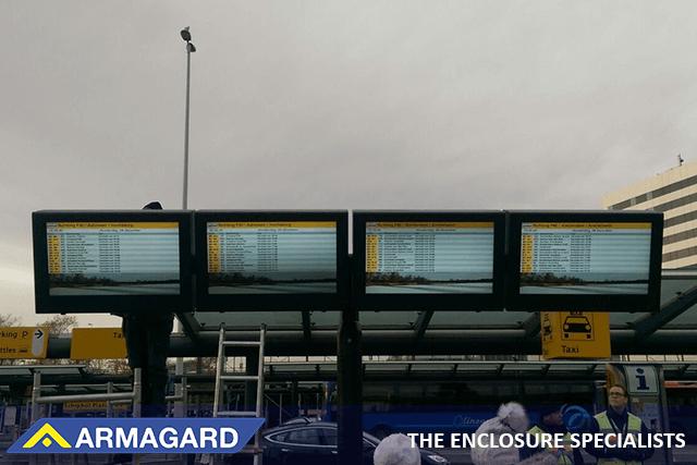 Cajas de TV al aire libre en una estación de tren