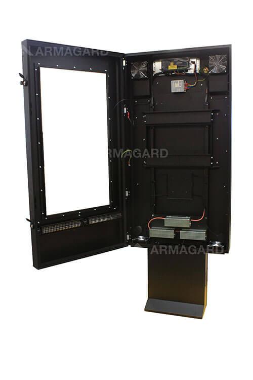 Cartelería Digital Exterior QSR con puerta abierta