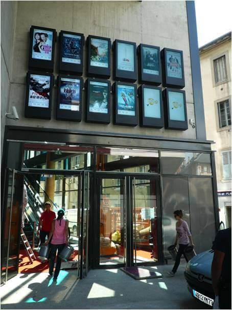 Nuestro armario vertical colocado sobre las puertas de entrada al cine   PDS-W-P