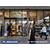 Panel digital publicitario con ruedas en uso de un supermercado