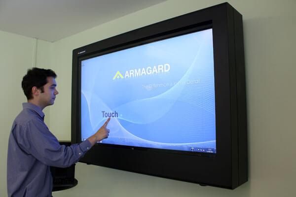A la vista de la pantallas tactiles interactivas recinto PDS en el trabajo