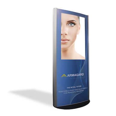 Quioscos digitales para uso Interior en aluminio pulido personalizado por Armagard sobre un fondo blanco