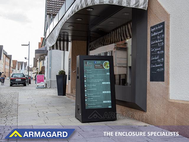 Señalización Digital Exterior Movible en uso fuera de un restaurante