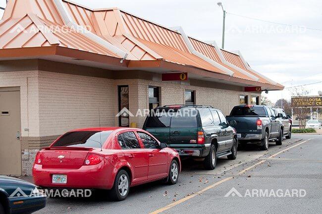 Restaurante de Auto Servicio con una Red de Tablero de Menú Digital
