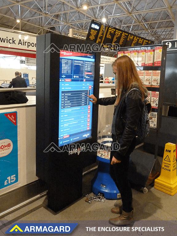 Tecnología de señalización digital con pantalla táctil en acción en el aeropuerto de Gatwick
