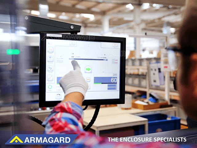 Cajas de acero templado protegen las pantallas táctiles en instalaciones de fabricación