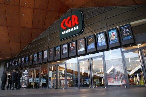 señalización digital en la entrada de un cine